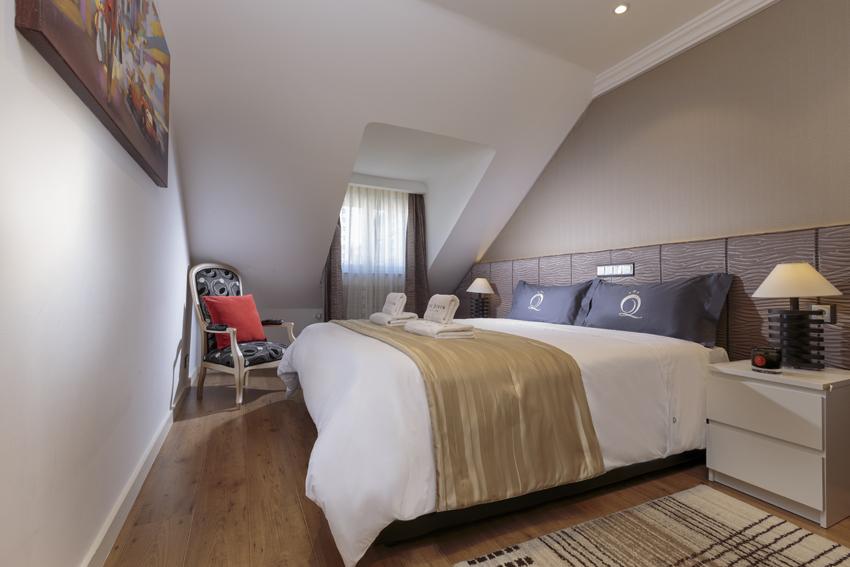 Spacious bedroom at Villa Cortina Apartments