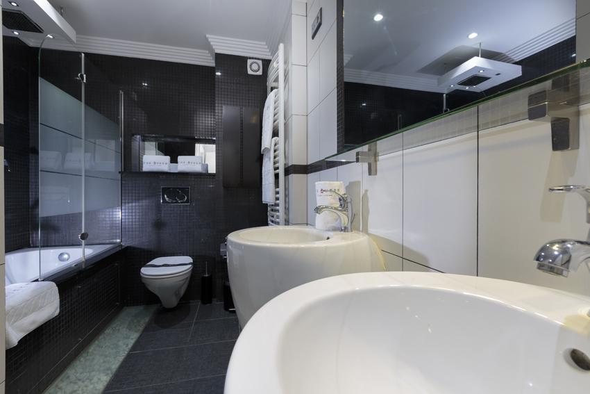 Spacious bathroom at Villa Cortina Apartments