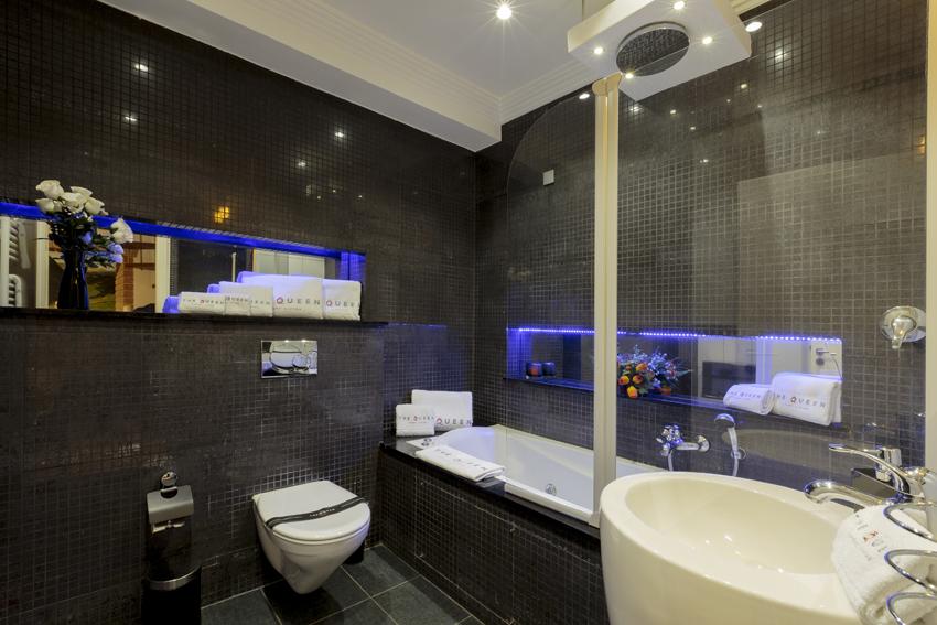 Sleek bathroom at Villa Cortina Apartments