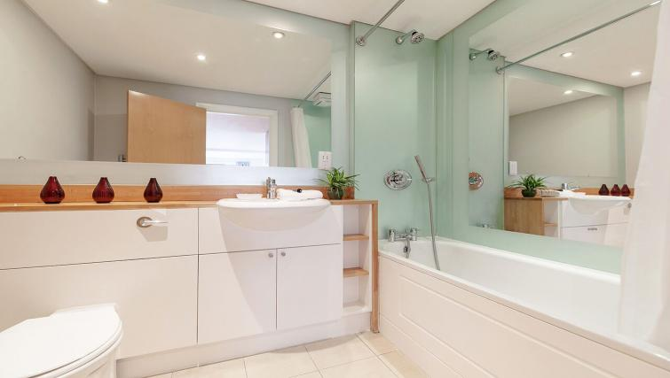 Splendid bathroom in Marina Place Apartments