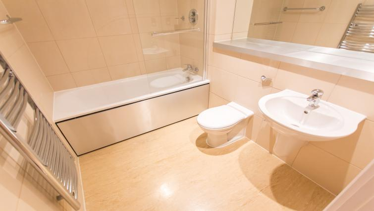 Immaculate bathroom at The Chambers Riverside West Apartments