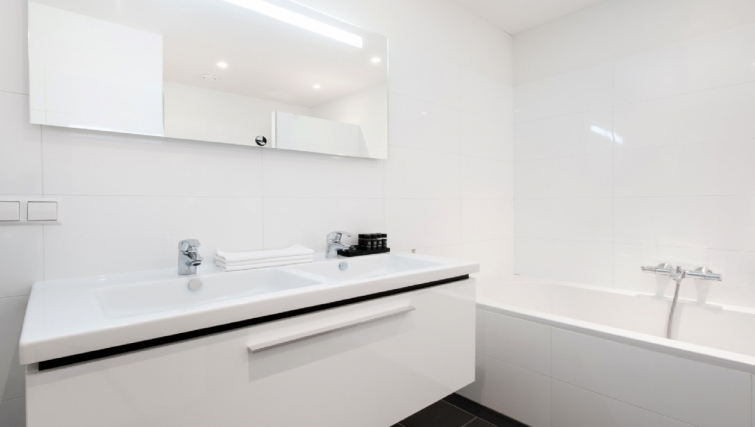 Bathroom at Rijksmuseum Apartments, Amsterdam - Cityden