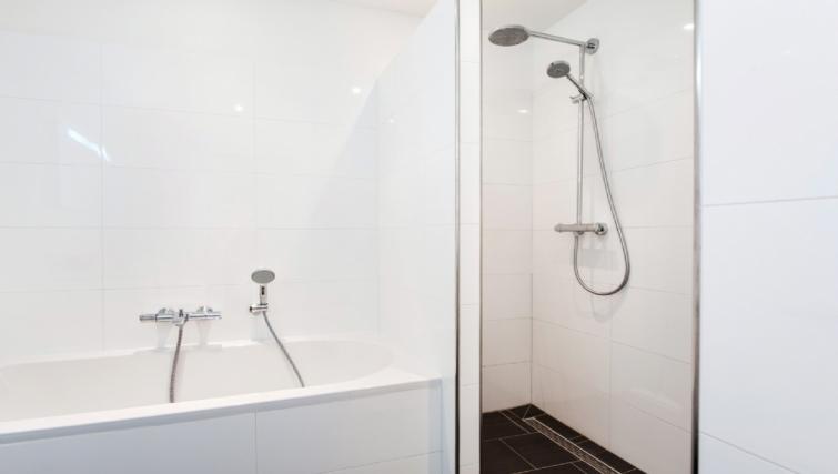Bath & shower at Rijksmuseum Apartments, Amsterdam - Cityden
