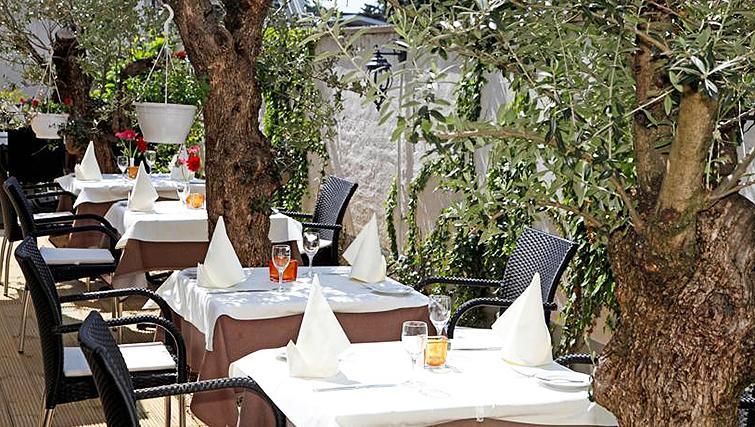 Dining area at Paragon Apartments