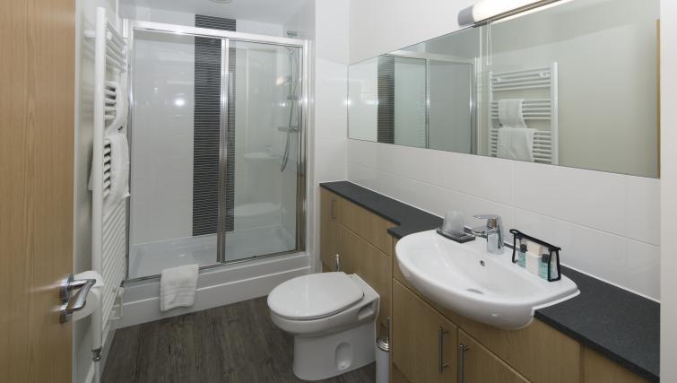 En suite at Beneficial House Apartments