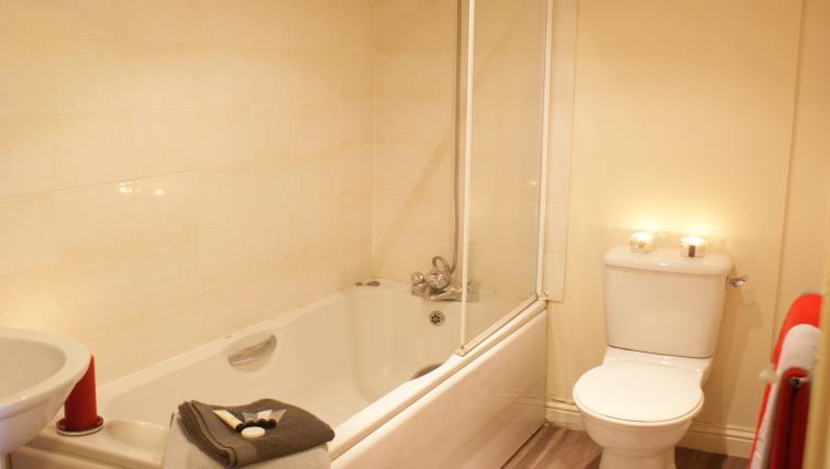 Bathroom in Peterhouse Close Apartments
