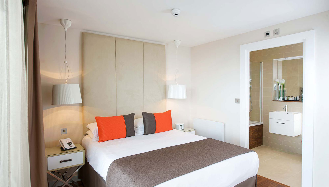 Modern bedroom at Fraser Place Canary Wharf