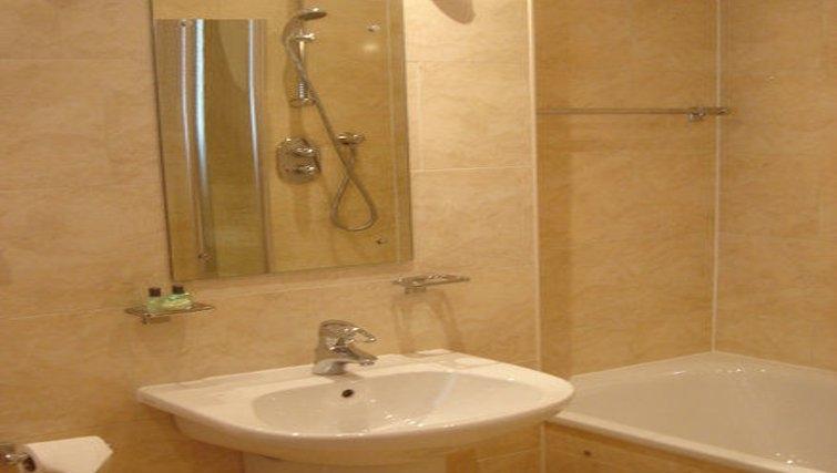 Ideal bathroom at Holyrood Apartments