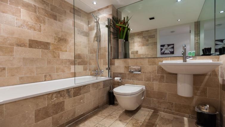 Clean bathroom at Sinclair Apartments