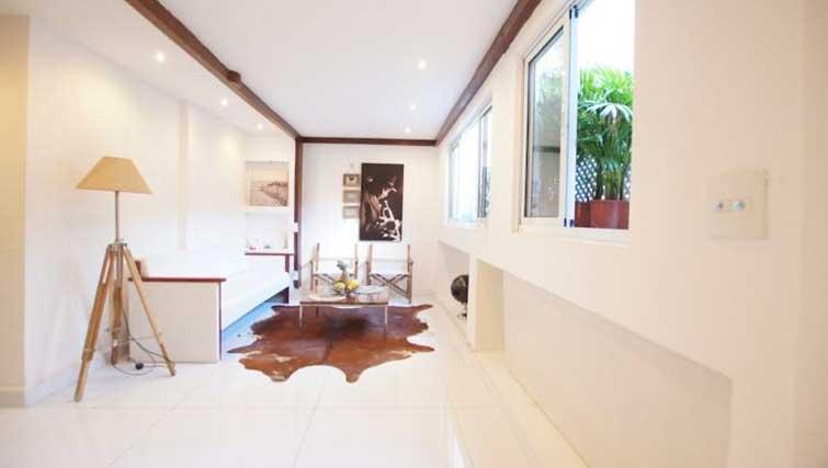 Spacious living area at Vinicius Apartment
