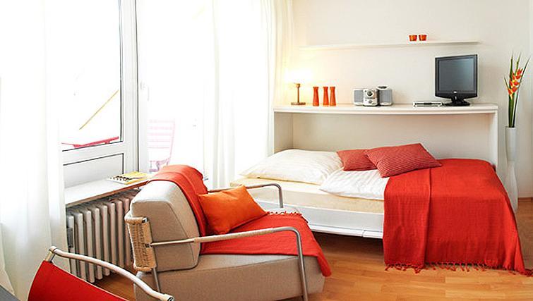 Colourful bedroom in Frederics Smart Hohenzollernplatz Apartments