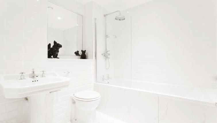 Family bathroom at City Stay Apartments Centro