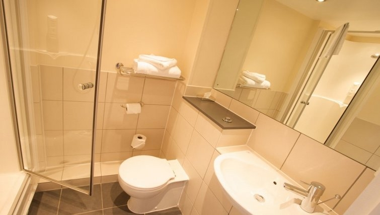 Immaculate bathroom in Roomzzz Leeds City West Apartments