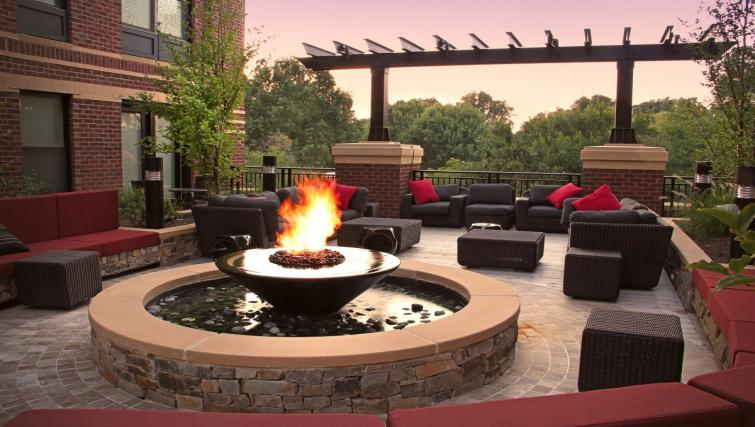 Relaxing outdoor seating at 1919 Clarendon Apartments