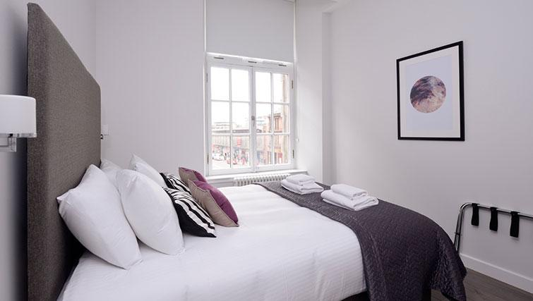 Master bedroom at Glassford Residence