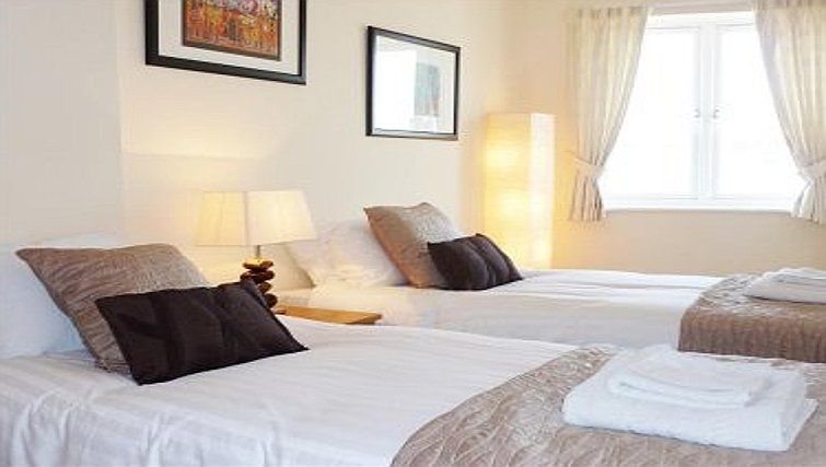 Twin bedroom in Robinson House Apartments