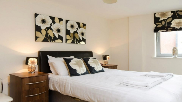 Spectacular bedroom in Hamilton Court Apartments