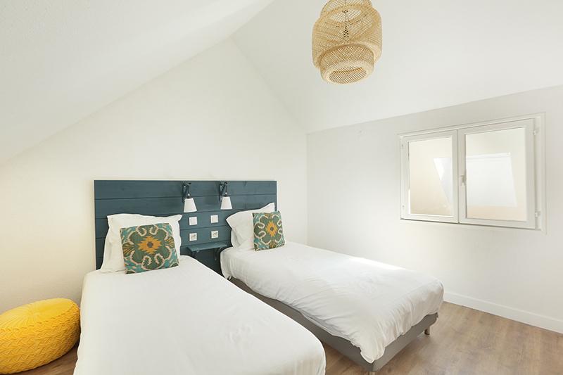Twin beds at Residence Les Lilas Paris Apartment, Les Lilas, Paris