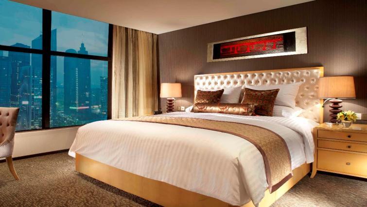 King size bed at Oakwood Premier Guangzhou